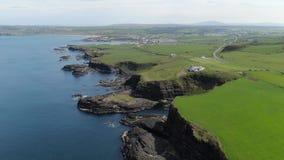 Dunluce slott i norr Irland - flyg- sikt stock video