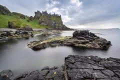 Dunlucekasteel een beroemd oriëntatiepunt van Ierland Stock Foto's