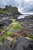 Dunlucekasteel een Unesco-oriëntatiepunt in Noord-Ierland royalty-vrije stock afbeeldingen