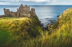 Dunlucekasteel op de klip Ierse Oever stock foto's