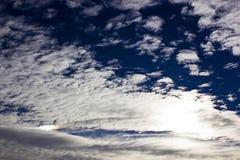 Dunne altocumuluswolken Stock Foto