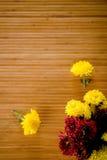 Dunne bloemen op bamboe Stock Afbeelding