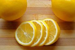 Dunne die citroenplakken in landschaps hoogste gewas worden gestapeld Royalty-vrije Stock Afbeeldingen