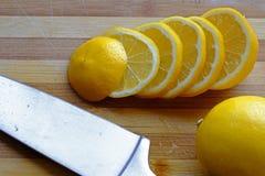 Dunne die citroenplakken in landschapsbovenkant worden gestapeld Royalty-vrije Stock Foto's