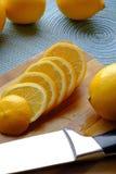 Dunne die citroenplakken in portret worden gestapeld Royalty-vrije Stock Foto