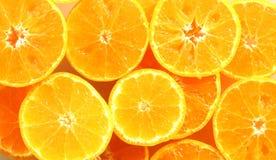 Dunne die plak van sinaasappel, als achtergrond wordt gestapeld stock foto's