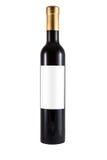 Dunne fles rode die wijn van groen glas en leeg etiket wordt gemaakt Stock Fotografie