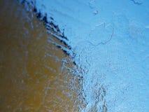 Dunne ijzige raad tegen sterk zonlicht In ijsschol zijn zichtbare barsten stock foto's