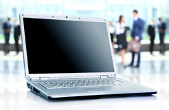 Dunne laptop op bureau Royalty-vrije Stock Fotografie