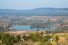 Dunne mist, heuvels prachtig en Rattanai-reservoir die zoals draperen die vanuit het Gezichtspunt tegengesteld aan districtskanto stock afbeelding
