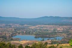 Dunne mist, heuvels prachtig en Rattanai-reservoir die zoals draperen die vanuit het Gezichtspunt tegengesteld aan districtskanto royalty-vrije stock foto