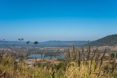 Dunne mist, heuvels prachtig en Rattanai-reservoir die zoals draperen die vanuit het Gezichtspunt tegengesteld aan districtskanto royalty-vrije stock afbeelding