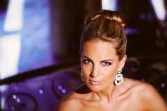 Dunne mooie bruid op een achtergrond met bokeh Royalty-vrije Stock Afbeelding