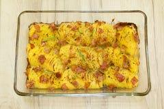 Dunne plakken van aardappelen in de schil met knapperig bacon Stock Afbeeldingen