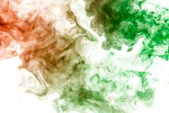 Dunne stromen van grijze die rook in groen en oranje op een witte achtergrond als waterverf het oplossen in water worden gekleurd stock illustratie