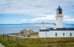 Dunnet在Caithness朝向灯塔,苏格兰的北海岸的,大英国的大陆的最北方的点 免版税库存照片