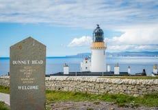 Dunnet在Caithness朝向灯塔,苏格兰的北海岸的,大英国的大陆的最北方的点 免版税库存图片