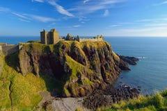 Dunnottar城堡有蓝天背景在阿伯丁,苏格兰 免版税库存图片