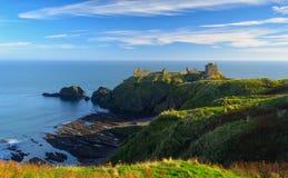 Dunnottar城堡有蓝天背景在阿伯丁,苏格兰 库存照片