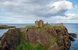 Dunnottar城堡看法从西边的在多云春天天气,苏格兰 免版税库存照片