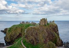 Dunnottar城堡看法在多云春天天气,苏格兰的 库存图片
