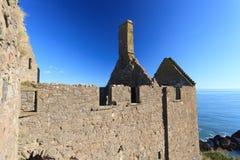 Dunnottar slott med blå himmel in - Stonehaven Arkivbild