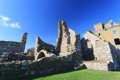 Dunnottar slott med blå himmel in - Stonehaven Royaltyfri Fotografi