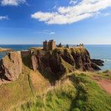 Dunnottar slott med blå himmel in - Stonehaven Royaltyfria Bilder