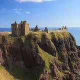 Dunnottar slott med blå himmel in - Stonehaven Arkivfoto