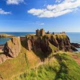 Dunnottar slott med blå himmel in - Stonehaven Royaltyfri Foto