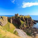 Dunnottar slott med blå himmel in - Stonehaven Fotografering för Bildbyråer
