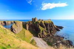 Dunnottar slott med blå himmel in - Stonehaven, Aberdeen Royaltyfri Bild