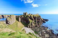 Dunnottar slott med blå himmel in - Stonehaven, Aberdeen Arkivfoto