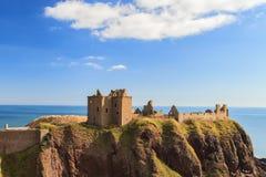 Dunnottar slott med blå himmel in - Stonehaven, Aberdeen Arkivfoton