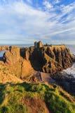 Dunnottar slott med blå himmel in - Stonehaven, Aberdeen Royaltyfria Bilder