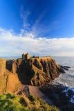 Dunnottar slott med blå himmel in - Stonehaven, Aberdeen Arkivbild