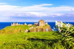 Dunnottar slott på den skotska kusten nära Stonehaven arkivfoto