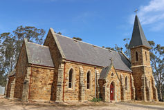 Dunolly的圣玛丽的天主教会、一个哥特式复兴大厦由地方砂岩制成和花岗岩,在1871年被打开了 库存照片