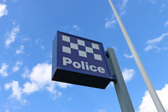 DUNOLLY, VICTORIA, AUSTRALIË - September 19, 2015: Het blauw-en-witte politiebureauteken en de vlaggestok in Dunolly Royalty-vrije Stock Afbeeldingen