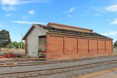 DUNOLLY, VICTORIA, AUSTRALIEN - 21. Februar 2016: Die veralteten Waren verschütteten an Bahnhof Dunolly Stockbilder
