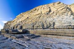 Dunraven fjärd- eller Southerndown strand, med kalkstenklippor Royaltyfria Bilder