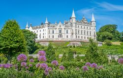 Dunrobin城堡在一个晴天,萨瑟兰县,苏格兰 免版税库存照片