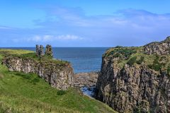 DUNSEVERICK,北爱尔兰- 2018年8月23日:Dunseverick城堡 库存照片
