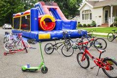 Dunshus och cyklar royaltyfria bilder