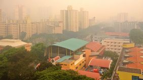 Dunst über Wohnsiedlung in Singapur