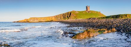 Dunstanburgh城堡全景  库存图片