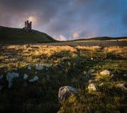 Dunstanburgh城堡在诺森伯兰角 库存照片