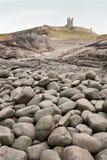 dunstanburgh大小卵石 库存图片