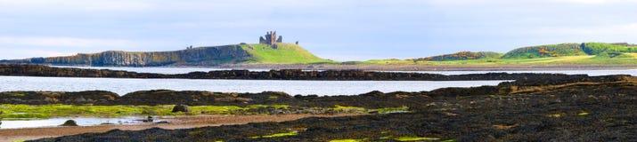 Dunstanburgh Panorama lizenzfreies stockbild