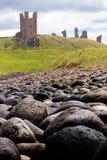 Dunstanburgh Schloss und Felsen I stockfoto